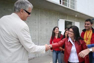 Tim Robbins saluda Lorena Almarza, presidenta de la Villa del Cine