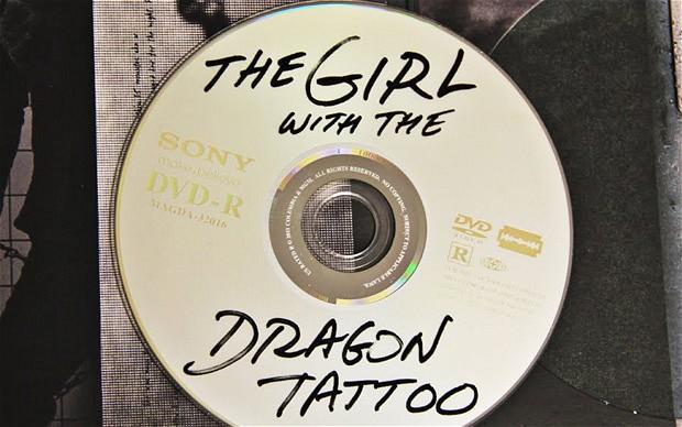 El desconcertante diseño del DVD de The Girl with the Dragon Tattoo